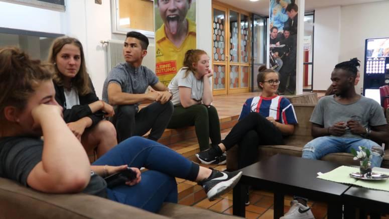 Lehrlinge sitzen beisammen